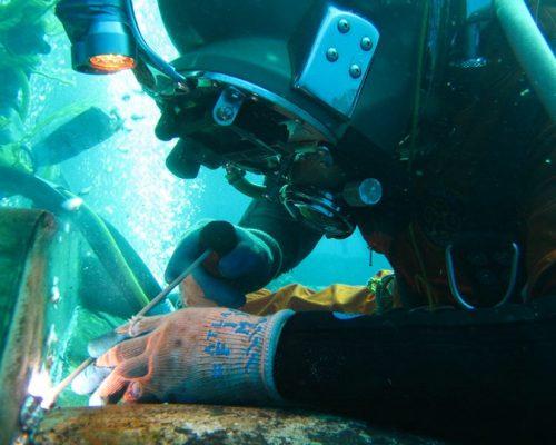 underwater-welder-at-work